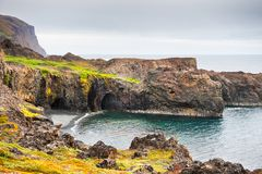 Basaltklippen op de kust van Discoeiland, Groenland stock fotografie