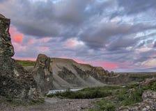 Basaltkolommen en ijzige Jokulsa een Fjollum-Rivier in Vesturdalur, Asbyrgi, het Nationale Park van Vatnajokull, het Noorden van  stock afbeelding