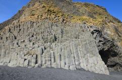 Basaltkolonner som finnas i Vik Iceland ` s, sätter på land arkivfoto