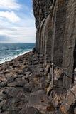 Basaltkolonner vid havet på ön av Staffa, Skottland Arkivbilder