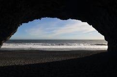 Basaltkolonngrotta på den Reynisfjara stranden i Vik Iceland fotografering för bildbyråer