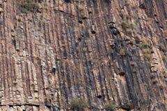Basalto acolumnado en una pared de la roca fotos de archivo