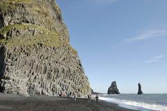 Basaltrock på den vulkaniska stranden i Island. Arkivbild