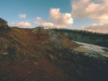Basaltsten som bryter för tillverkningen och produktionen Den huvudsakliga stenen är den gråa clinkstonen Arkivbild