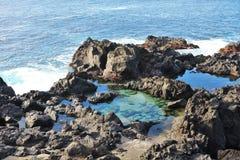 Basalttipsen på vatten` s kantar, lavastranden Arkivbild