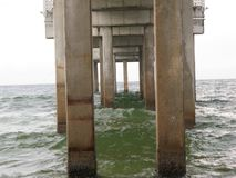 Basamenti concreti del pilastro nel golfo del Messico immagine stock libera da diritti