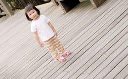Basamento dei bambini sulla terra di legno Fotografia Stock Libera da Diritti