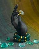 Basamento dell'anello e del braccialetto a disposizione Immagini Stock