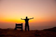Basamento dell'uomo sulla montagna immagine stock libera da diritti