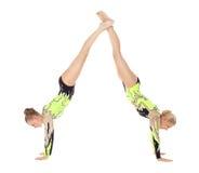 Basamento della donna dei due giovane acrobate sulle mani Immagine Stock