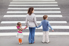 Basamento della famiglia vicino alla strada trasversale, dietro Fotografia Stock