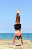 Basamento della mano sulla spiaggia fotografie stock libere da diritti