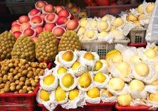 Basamento di frutta al servizio, Tailandia Fotografia Stock Libera da Diritti