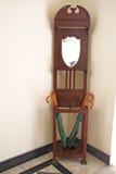 Basamento di ombrello del teck e Heirloom di legno di era del Victorian dello specchio fotografia stock libera da diritti