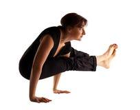 Basamento maturo della donna sulle mani nella posa di yoga Fotografia Stock