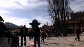 Bascarsija à Sarajevo avec des personnes banque de vidéos