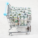Bascart met dollarbankbiljetten op concrete raad Royalty-vrije Stock Foto's