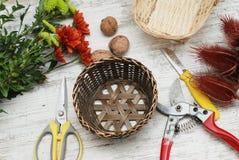 Bascket y herramientas decorativos para crear el ramo y la tarjeta de felicitación en la mesa Espacio de trabajo o tabla del flor imagen de archivo