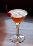 Basco classico Martini del cocktail di liquore dal gusto di prugnola Patxaran, creme de bananas, succo di ananas fresco della cal fotografia stock
