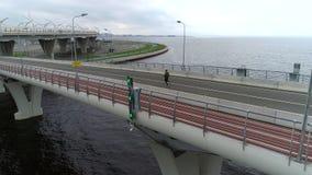 Basculador afroamericano que corre a través del puente urbano metrajes