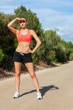 Basculador atlético joven del corredor de la mujer al aire libre fotos de archivo libres de regalías