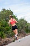 Basculador atlético joven del corredor de la mujer al aire libre fotografía de archivo libre de regalías
