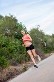 Basculador atlético joven del corredor de la mujer al aire libre fotos de archivo