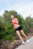 Basculador atlético joven del corredor de la mujer al aire libre imagenes de archivo