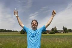 Basculador joven que celebra su victoria fotos de archivo