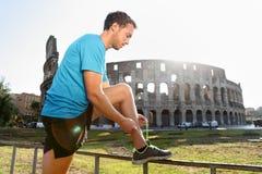 Basculador que corre amarrando laços por Colosseum Imagem de Stock Royalty Free
