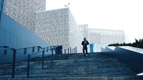 Basculador urbano en la escalera Atleta abajo de las escaleras El hombre corre encima de las escaleras Foto de archivo libre de regalías
