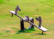 Bascule en bois dans la forme de cheval dans le jardin de nature Images stock