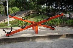 Bascule en bois dans le terrain de jeu, parc public photos libres de droits