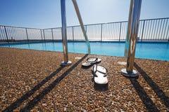 Bascules électroniques à un bord de piscine personne Photographie stock