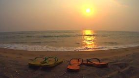 Bascules électroniques d'océan de plage de coucher du soleil banque de vidéos