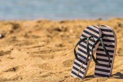 Bascules électroniques sur la plage de sable Photographie stock