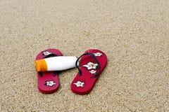 Bascules et protection solaire sur la plage photo libre de droits