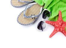 Bascules électroniques, serviette, lunettes de soleil et étoiles de mer Photo stock