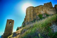 Basculez avec Castillo De Loarre près d'Espagnol Pyrénées Image stock