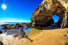 Basculez avec une voûte sur la plage par l'océan Photographie stock