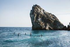 Basculez dans la mer et les ruines de la jetée Image stock