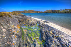 Basculez destination de touristes écossaise côtière BRITANNIQUE de l'Ecosse de côte de Morar de piscine la belle dans HDR coloré Photographie stock