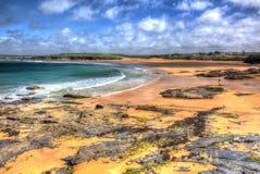 Basculez et et baie les Cornouailles du nord Angleterre R-U de Harlyn près de Padstow et de Newquay dans HDR coloré avec le cloud Photographie stock libre de droits