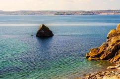 Basculez l'émergence de l'océan, oiseaux sur la roche, belle baie, Image libre de droits