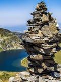 Basculez l'équilibrage, roche empilant devant un des sept lacs Rila en montagnes de Rila, Bulgarie photographie stock libre de droits