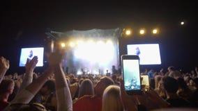 Basculez l'exposition, foule de vid?o record de fans au t?l?phone portable au concert de la musique en direct dans l'?clairage de clips vidéos