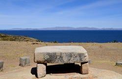 Basculez la table avec une vue d'Isla del Sol sur le lac Titicaca, Bolivie image libre de droits