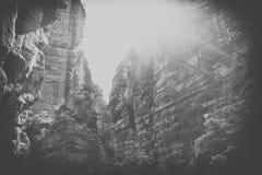 Basculez la ville, parc national d'Adrspach-Teplice dans la République Tchèque, noir et blanc image stock