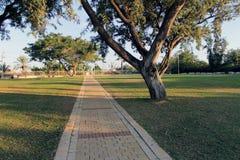 Basculez le chemin en parc au batya de mazkeret Image stock