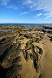 Basculez le littoral en pierre d'étang de musc de l'eau de plage de nuage de ciel Photos stock
